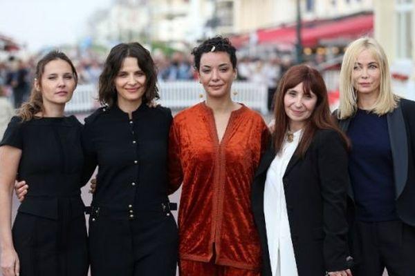 Virginie Ledoyen, Juliette Binoche, Loubna Abidar, Ariane Ascaride et Emmanuelle Beart ont ouvert la 30ème édition du festival romantique de Cabourg.
