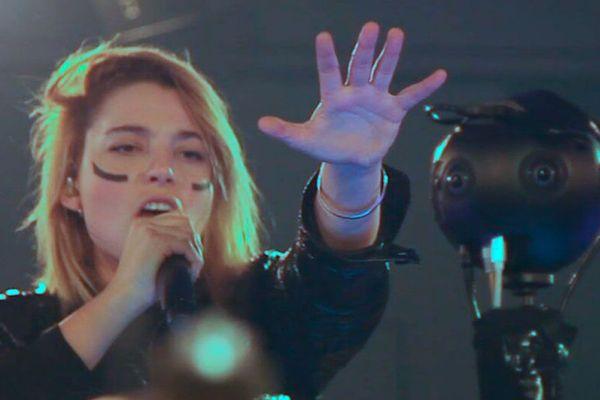 La chanteuse du groupe Hyphen Hyphen lors du showcase  produit et diffusé en réalité virtuelle par Orange