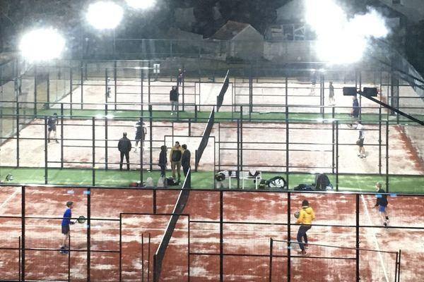 Ce sport de raquette se pratique exclusivement en double, sur un terrain de tennis encadré de vitres