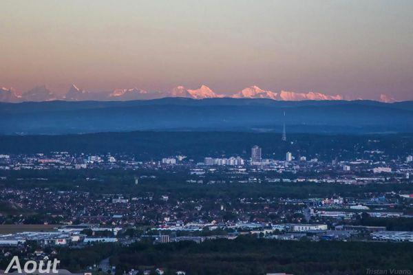 Mulhouse sur fond d'Alpes Bernoises en fin de journée.