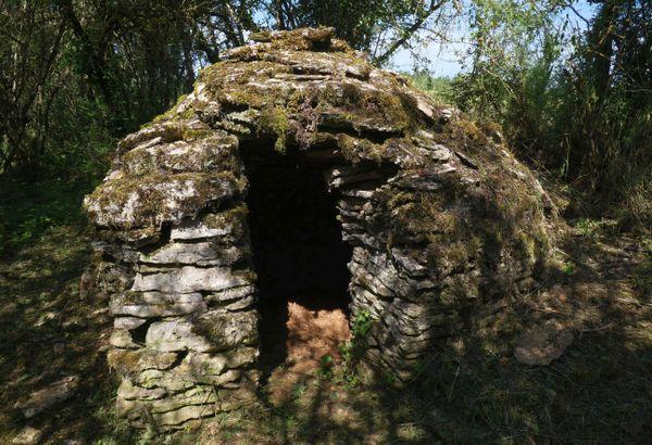 La cabane des Chagnats sur le circuit des meurgers, à Noyers-sur-Serein dans l'Yonne.