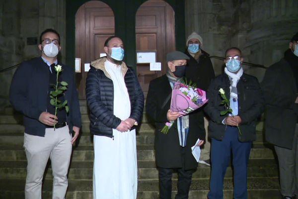 Des fleurs blanches déposées par les responsables des mosquées de Besançon à la cathédrale.