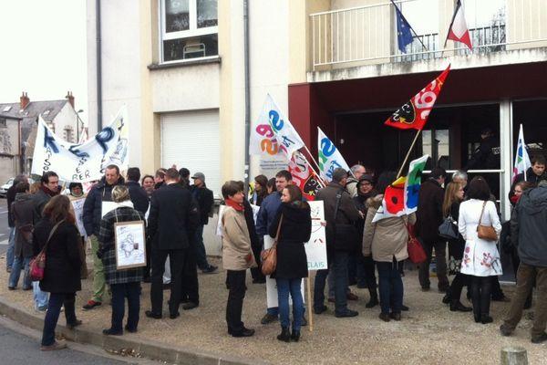 Les enseignants manifestent devant l'inspection académique, à Blois.