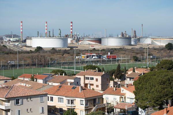 Vue sur le complexe pétrochimique du golfe de Fos-sur-Mer (Bouches-du-Rhône) .