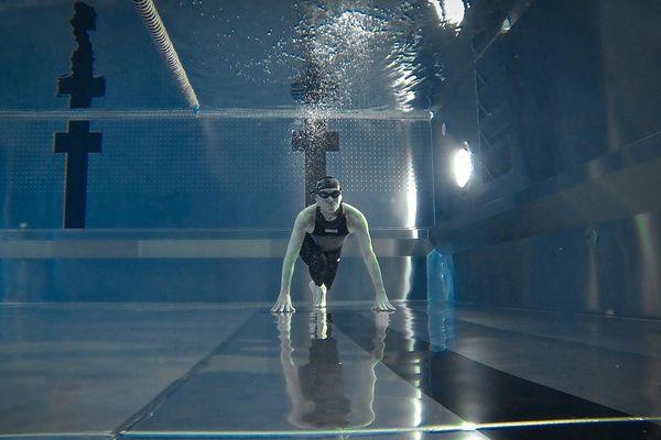 Les compétiteurs doivent rester le maximum de temps au fond de l'eau sans bouger.