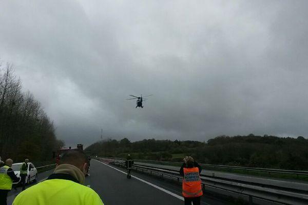 Un hélicoptère avec caméra thermique relève la température sur le site de l'accident pour valider la suite de l'intervention.