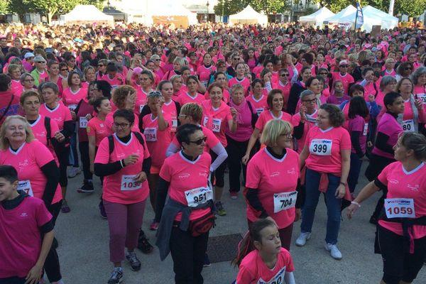 La place Colbert de Rochefort, rose de monde ce samedi contre le cancer du sein.