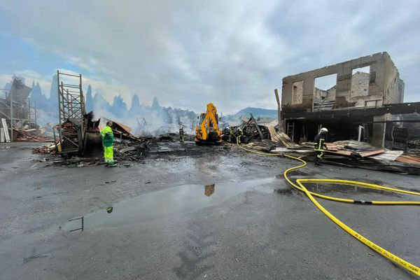 Il ne reste pas grand chose de l'entrepôt, malgré l'intervention rapide des pompiers.