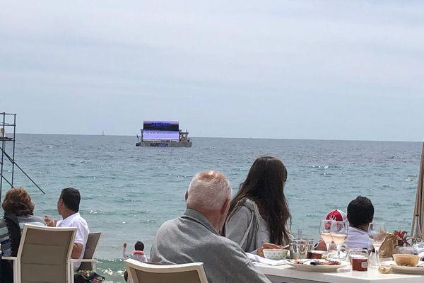 Sur la Côte d'Azur, il a fallu attendre ce samedi 22 mai et le long weekend de la Pentecôte pour découvrir cette nouvelle manière de faire de la publicité. Un passage qui n'a pas laissé indifférent sur les plages de Cannes.