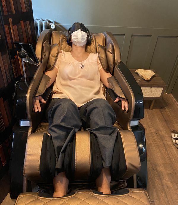 Le fauteuil en apesanteur masse toutes les parties du corps en même temps et effectue des pressions sur les bras et les mollets