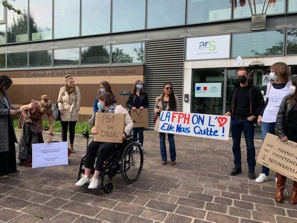 Les psychologues manifestaient ce 28 septembre devant l'ARS.