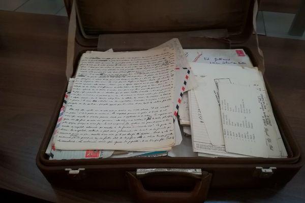 Dans ces valises, les quinze dernières années de Jean Genêt: un véritable atelier d'écriture.