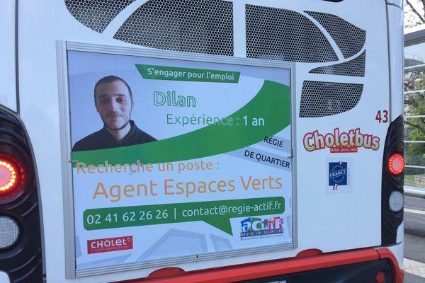 """L'un des cv """"accroché"""" à l'arrière d'un bus de Cholet"""