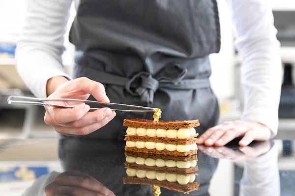 La jeune pâtissière aime sublimer les classiques de la pâtisserie française comme le mille-feuilles.