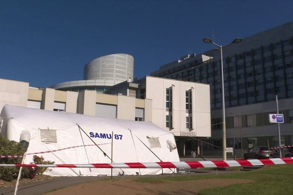 Une tente a été installée il y a deux semaines devant les urgences du CHU de Limoges.