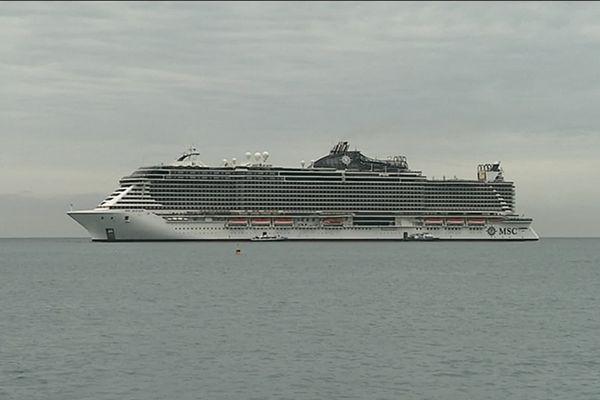 Un navire de croisière de plus de 5000 passagers au large de Cannes.