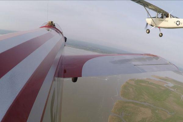 Le réalisateur a choisi un ancien avion de reconnaissance de l'armée américaine pour être au plus près de l'avion rouge et blanc.