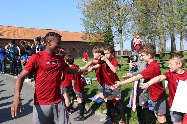 Youssouf Koné à Luchin en avril dernier, saluant de jeunes supporters lillois.