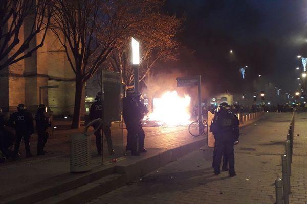 Un départ de feu devant la cathédrale Saint-André