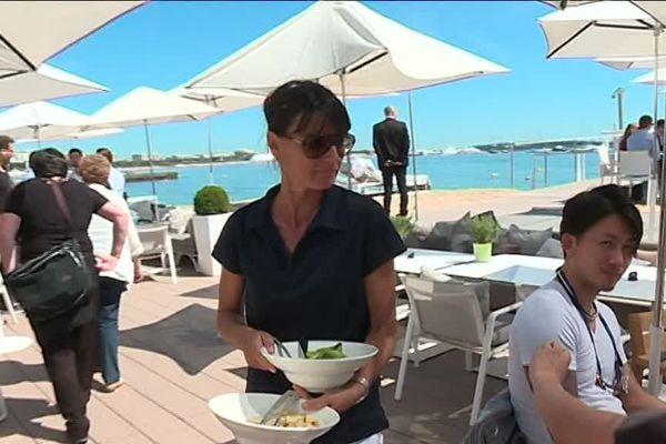 Sandrine est chef de rang durant le Festival de Cannes