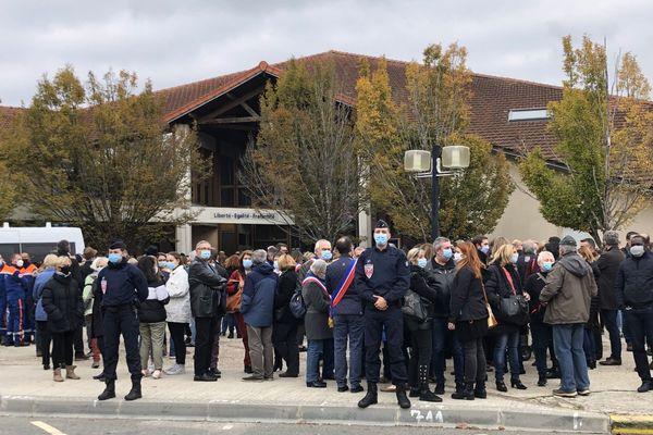 Un rassemblement spontané se déroule à Conflans-Sainte-Honorine pour rendre hommage au professeur tué le vendredi 16 octobre.