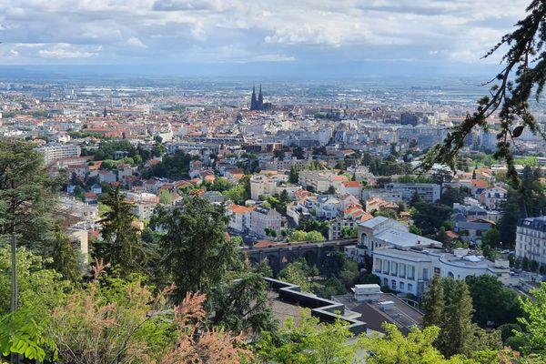 La métropole de Clermont-Ferrand centralise l'économie du Puy-de-Dôme, basée sur l'industrie et le tourisme principalement.