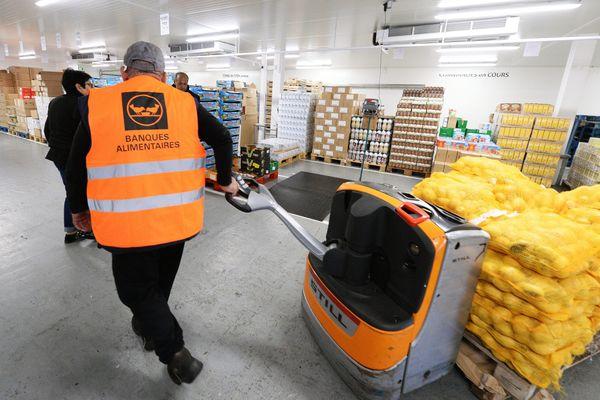Installée à Décines-Charpieu, la Banque alimentaire du Rhône assure la répartition de plus de 5.860 tonnes de denrées alimentaires, chaque année, auprès d'une centaine d'associations partenaires.