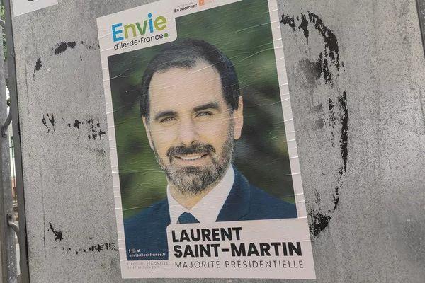 """Une affiche de campagne de la liste """"Envie d'Ile-de-France"""", menée par le député de la République en marche Laurent Saint-Martin, à Paris, le 5 juin 2021."""
