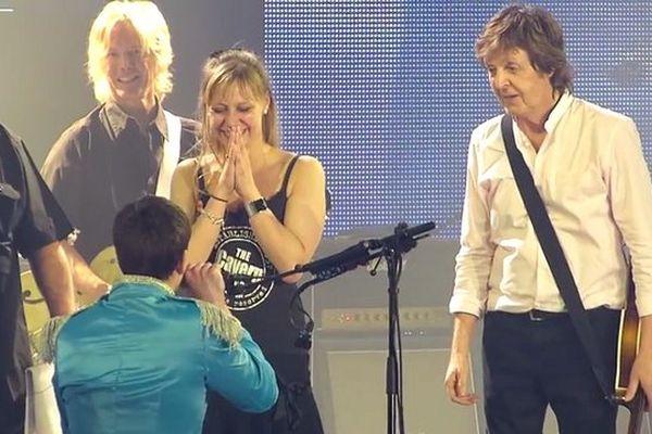 A genoux, Fabrice demande Diane en mariage, au micro de Paul McCartney !