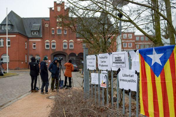 Neumünster (Allemagne) - le drapeau catalan devant la prison où est incarcéré Carles Puigdemont - 27 mars 2018.