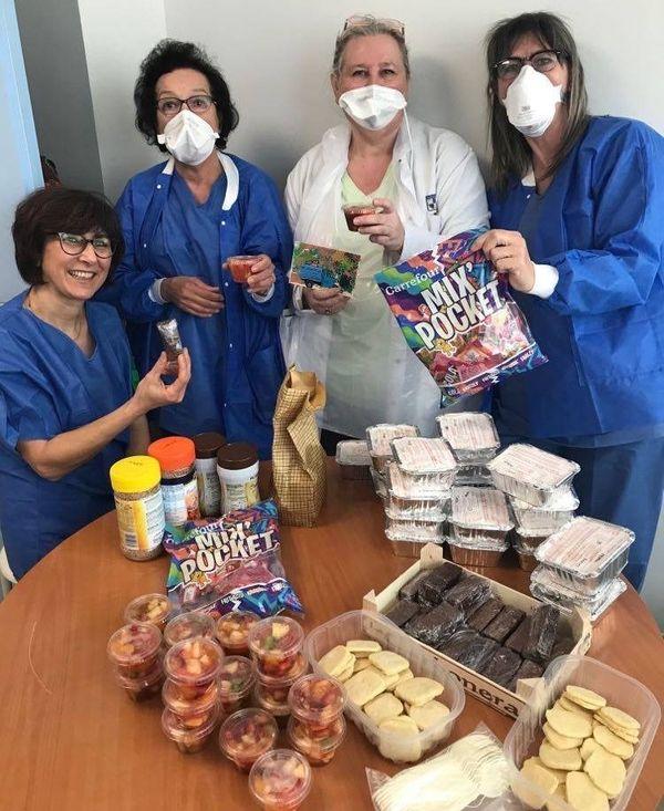 Des salades de fruits, des gâteaux au chocolat, des sablés préparés pour le personnel de l'IHU.