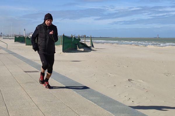 Omar Lekkia s'entraîne trois fois par semaine sur la digue et la plage de Malo.