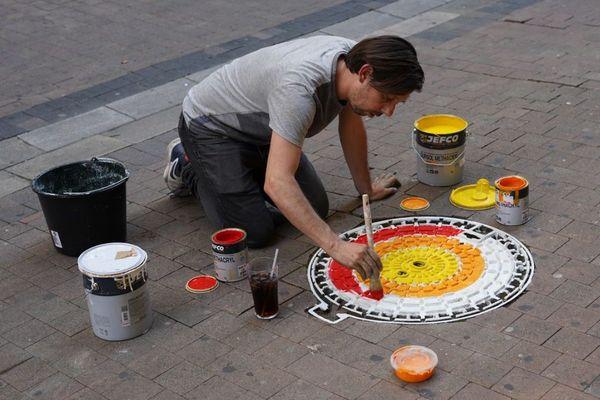 Charlie Devier à l'oeuvre dans le quartier Gambetta à Bordeaux.