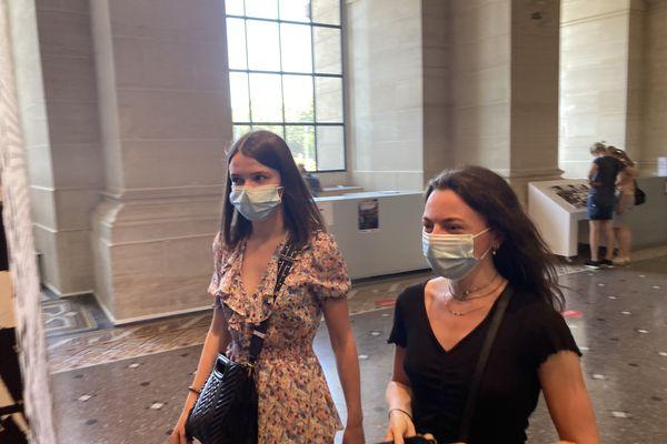 """Emeline et Justine à l'entrée de l'expo temporaire """"Trompe l'oeil au musée"""" de François Boucq"""