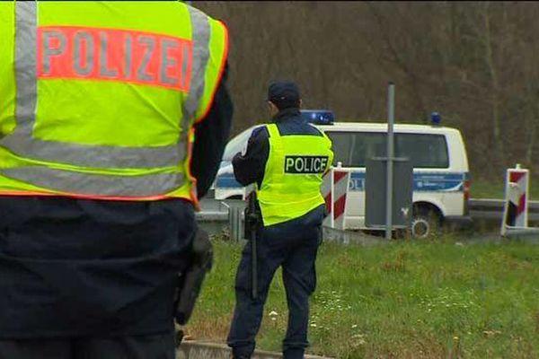 A la Brème d'Or (frontière sarroise), policiers allemands et français côte à côte.
