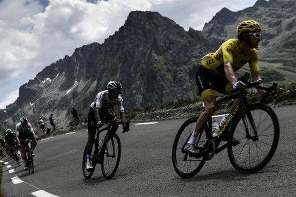 Le Britannique Geraint Thomas, maillot jaune, et le Colombien Egan Bernal descendant le col du Tourmalet lors de la 19ème étape du Tour de France le 27 juillet 2018 entre Lourdes et Laruns.