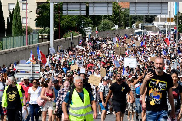 La manifestation marseillaise contre la vaccination Covid-19 et le Pass Sanitaire s'est arrêtée devant l'IHU pour soutenir le professeur Raoult, samedi 21 août 2021 à Marseille.