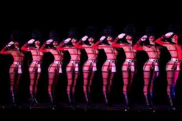 'Forever Crazy', un spectacle qui reprend les meilleurs tableaux du cabaret, comme la célèbre marche de la garde britannique.