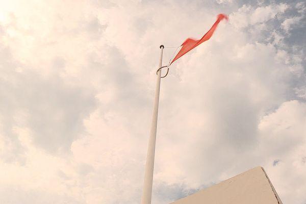 Depuis la mi-journée, le drapeau rouge prévient déjà les baigneurs sur les plages des Pyrénées-Orientales.