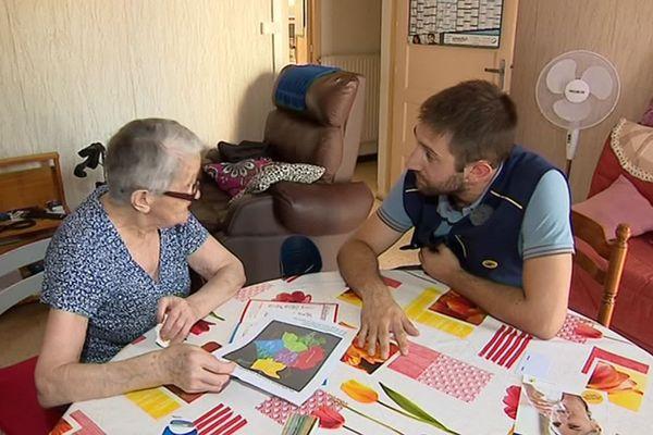 Montpellier - pendant leur visite les postiers s'assurent du bien-être de ces personnes âgées qui souffrent des fortes chaleurs - juillet 2019