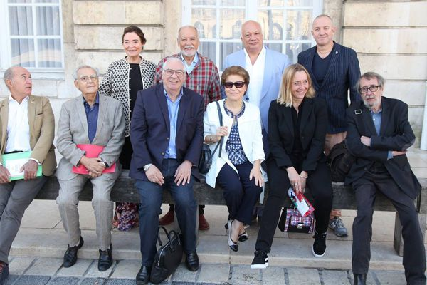 Le président Bernard Pivot et les neuf autres académiciens Goncourt sur la Place Stanislas à Nancy en septembre 2018.