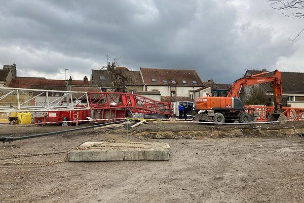 L'engin de chantier s'est effondrée, du haut de ses 30 mètres.