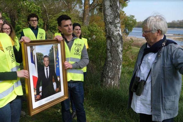 Mardié (Loiret) - 14 avril 2019 Des militants ANV-Cop 21 Orléans arborent le portrait subtilisé d'Emmanuel Macron (en mars) pour protester contre la construction du pont autoroutier. A droite, Jean-Maire Salomon, membre de l'association Mardiéval, opposée au projet.