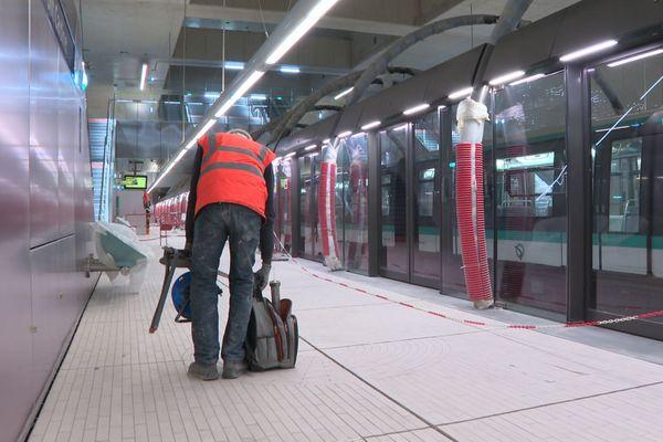 Dernières finitions à l'intérieur de la station Pont Cardinet.