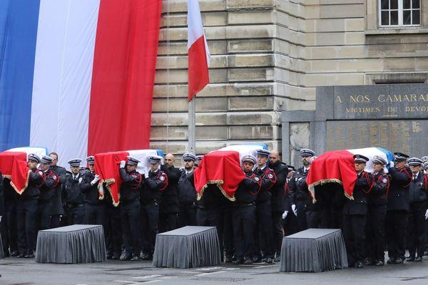 Un hommage national a été rendu ce mardi 8 octobre à la préfecture de police de Paris, où ont été tués le 3 octobre Aurélia Trifiro, Damien Ernest, Anthony Lancelot et Brice Le Mescam.