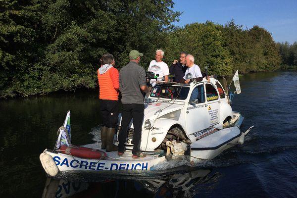 """Philippe Gougler et son équipe en plein enregistrement de plateaux pour """"Faut pas rêver"""" en compagnie d'Amédée Lictevout, inventeur de la 2CV amphibie, jeudi 23 septembre."""