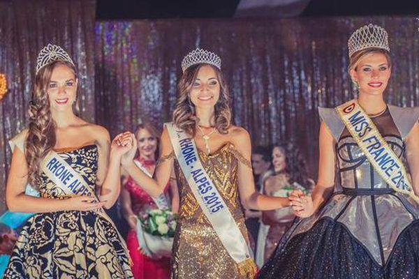 La nouvelle Miss Rhône-Alpes Nora Bengrine, entourée de Miss Rhône-Alpes 2014, Aurore Thibaud, et de Camille Cerf, Miss France 2015.