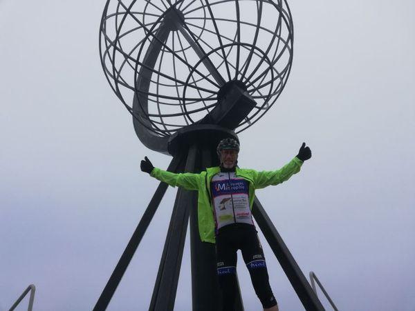 Le cycliste a évidemment posé devant le symbole du Cap Nord...