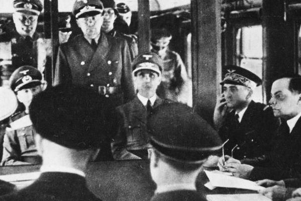 Signature de l'armistice entre la France et l'Allemagne, le 22 juin 1940 à Compiègne (Oise), en présence d'Adolf Hitler (assis à gauche) et du général Charles Huntziger (à droite), qui préside la délégation française.