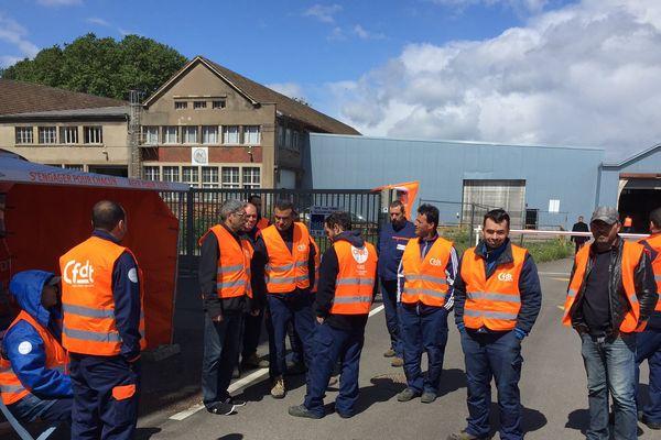 Les grévistes de Soflog devant leur usine